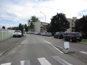 Pendant ce temps, dehors, les trottoirs et la bande cyclable sont envahis de voitures. C'est vrai qu'il faut marcher au moins 2 mn pour trouver un parking, au lycée ou au Levant !