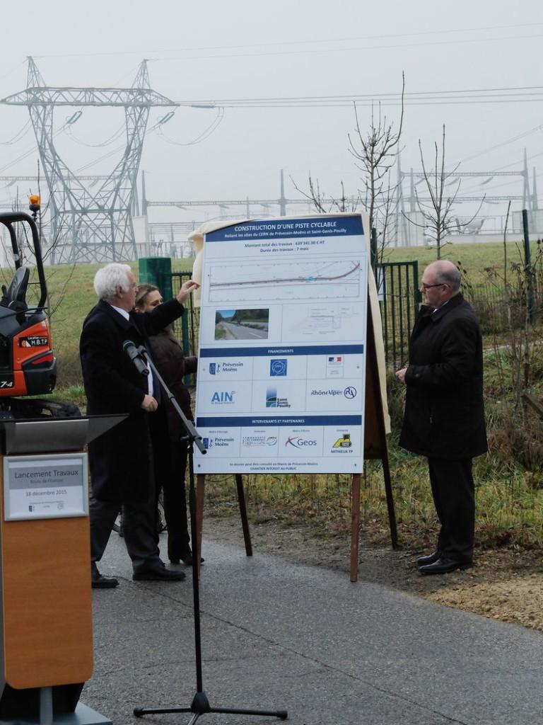 Le dévoilement du poster de présentation du projet, par la maire de Prévessin-Moëns, le sous-préfet et le directeur du Cern.