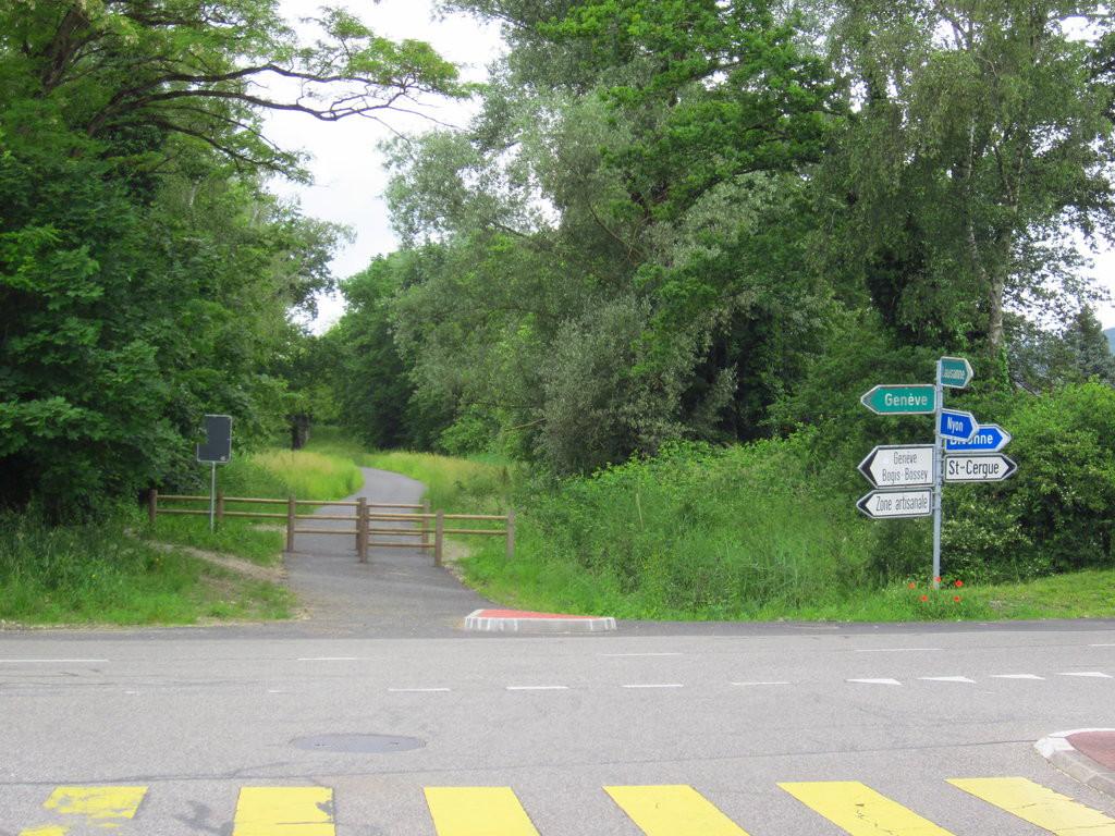 L'extrémité de la voie verte à Crassier. C'est ce cours tronçon d'une centaine de mètres qui manquait jusqu'alors et qui a été mis en service récemment.